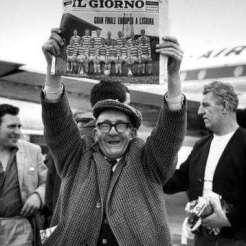 Lisbon OLD MAN HOLDING PAPER 3