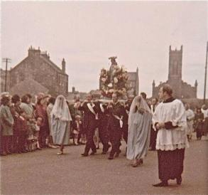 sacred-heart-procession-colour-dale-st-church-of-scotland-in-background
